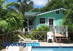 Palm Cottage - แคสตรีส์ - สระว่ายน้ำ