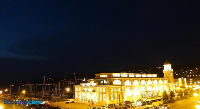 Piazza Venezia Le Camere - Trieste - Building