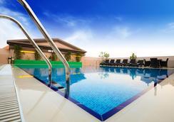 Golden Tulip Al Barsha - ดูไบ - สระว่ายน้ำ