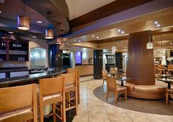 Best Western Premier KC Speedway Inn & Suites - แคนซัสซิตี้ - บาร์