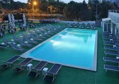 North Star Continental Resort - ทิมิโซอารา - สระว่ายน้ำ