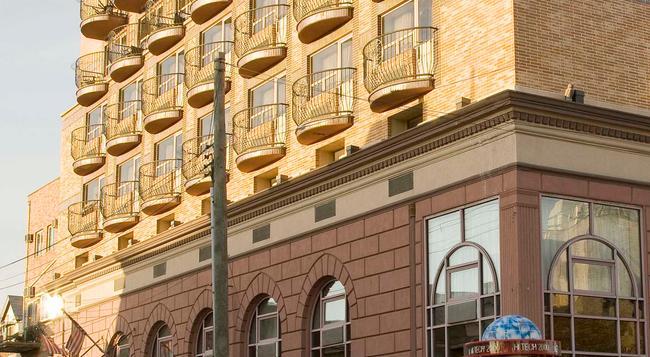 Avenue Plaza Hotel - Brooklyn - Building