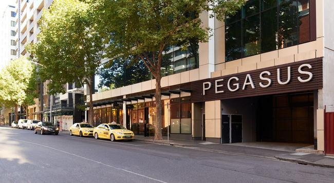 Pegasus Apartment Hotel - Melbourne - Building