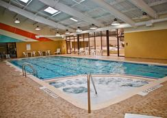 DoubleTree by Hilton Binghamton - บิงแฮมตัน - สระว่ายน้ำ
