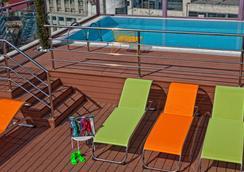 Novus City Hotel - เอเธนส์ - สระว่ายน้ำ