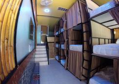 Coma Lounge Hostel - เกาะพีพี - ห้องนอน