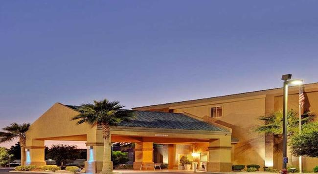 Holiday Inn Express Las Vegas-Nellis - Las Vegas - Building