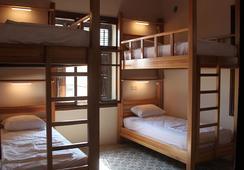 Fi Hostel - อันตัคยา - ห้องนอน