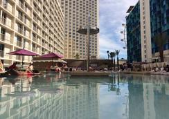 Harrah's Las Vegas Hotel & Casino - ลาสเวกัส - สระว่ายน้ำ