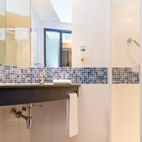 Holiday Inn Express Bremen Airport Bathroom