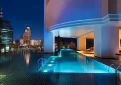 โรงแรมมิลเลนเนียม ฮิลตัน กรุงเทพฯ - กรุงเทพมหานคร - สระว่ายน้ำ