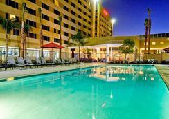 Bakersfield Marriott at the Convention Center - เบเคอร์ฟิลว์ - สระว่ายน้ำ