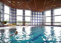 Orea Hotel Pyramida - ปราก - สระว่ายน้ำ