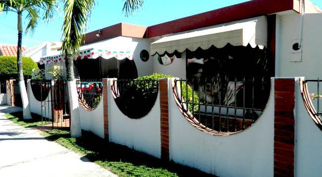 Via Emilia Bed and Breakfast Restaurante - Santiago de los Caballeros - Building