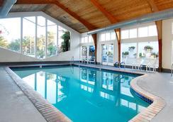 Stargazer Inn and Suites - มอนเทอเรย์ - สระว่ายน้ำ