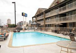 Comfort Inn Downtown Nashville-Vanderbilt - แนชวิลล์ - สระว่ายน้ำ