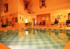 Suryaa Villa - A Classic Heritage Hotel - ชัยปุระ - สระว่ายน้ำ