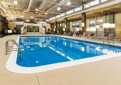 Comfort Inn & Suites Airport - ซีราคิวส์ - สระว่ายน้ำ