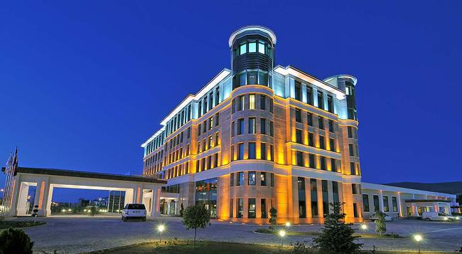 DoubleTree by Hilton Van - Van - Building