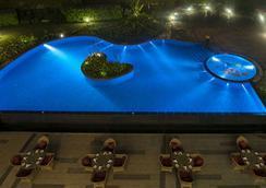Radisson Blu Plaza Hotel Mysore - มัยซอร์ - สระว่ายน้ำ