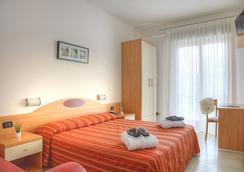 Hotel Menfi - เจโซโล - ห้องนอน