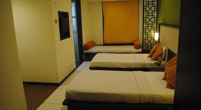 GCC Hotel & Club - Mumbai - Bedroom