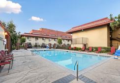Red Roof Inn Santa Ana - ซานตาอานา - สระว่ายน้ำ