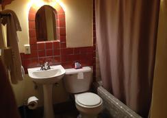 Pueblo Bonito Bed and Breakfast Inn - ซานตาเฟ - ห้องน้ำ