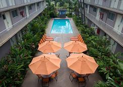 Pacific Marina Inn Airport Hotel - ฮอนโนลูลู - สระว่ายน้ำ