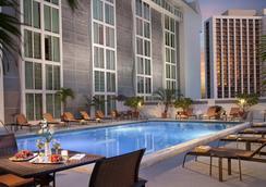 Courtyard by Marriott Miami Downtown Brickell Area - ไมอามีบีช - สระว่ายน้ำ