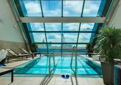 Radisson Blu Hotel, Frankfurt am Main - แฟร้งค์เฟิรต์ - สระว่ายน้ำ