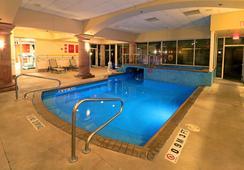Smart iStay Hotel M - แมคกาแลน - สระว่ายน้ำ