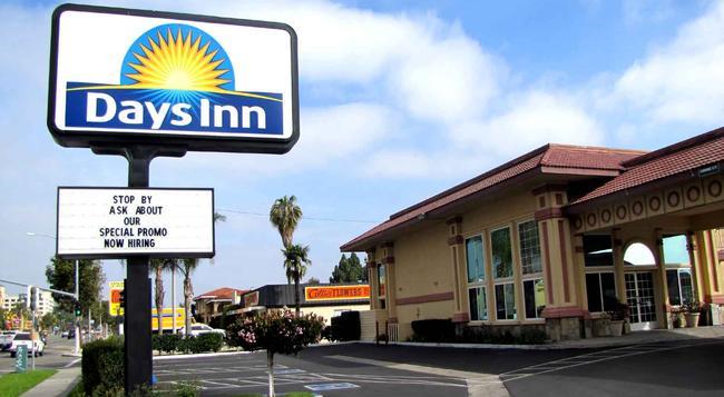 Days Inn Anaheim Near Convention Center - Anaheim - Building