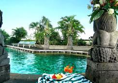 Lumire Hotel and Convention Center - จาการ์ตา - สระว่ายน้ำ