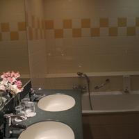 Avenue Hotel Bathroom