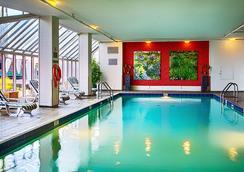 Pinnacle Hotel Vancouver Harbourfront - แวนคูเวอร์ - สระว่ายน้ำ