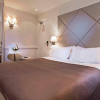 Hotel Longchamp Elysees Guestroom