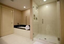 Town & Country Inn and Suites - ชาร์ลสตัน - ห้องน้ำ