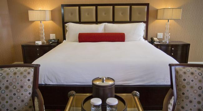 Town & Country Inn and Suites - Charleston - Bedroom