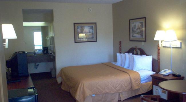 Days Inn & Suites Savannah Midtown - Savannah - Bedroom