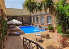 Hotel Bellavista Sevilla - เซบีญ่า - สระว่ายน้ำ