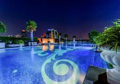 The Berkeley Hotel Pratunam - กรุงเทพฯ - สระว่ายน้ำ