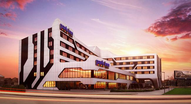 Park Inn by Radisson Krakow - Krakow - Building