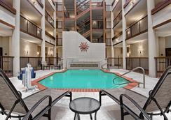 Hilton Garden Inn San Antonio Airport - ซานอันโตนิโอ - สระว่ายน้ำ