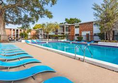 Key Suites - ออร์แลนโด - สระว่ายน้ำ