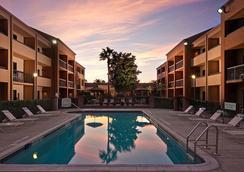 Courtyard by Marriott Orlando Airport - ออร์แลนโด - สระว่ายน้ำ