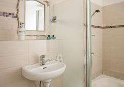 Central Hotel - เทลอาวี - ห้องน้ำ