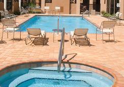 Courtyard by Marriott Pensacola Downtown - เพนซาโคลา - สระว่ายน้ำ