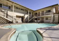 Ramada San Luis Obispo - ซาน หลุยส์ โอปิสโป - สระว่ายน้ำ