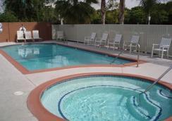 Abby's Anaheimer Inn - อนาไฮม์ - สระว่ายน้ำ